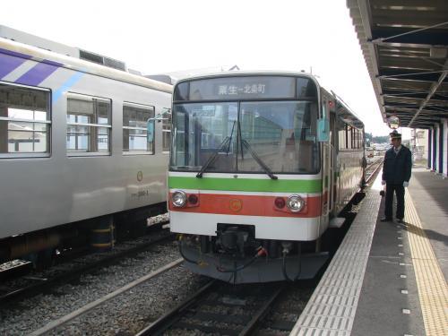 厄神からJR加古川線で粟生まで移動します。電化された加古川線は103系改造車のワンマン運転。<br /><br />粟生駅で降りるときに運賃を運賃箱に入れてホームに降りると、北条鉄道のレールバスが止まっていました。<br />粟生から北条町まで約13kmを走り、三木鉄道と同じ第三セクター鉄道であるが、こちらは生き残りをかけてあれこれ施策して頑張っている。<br /><br />終点の北条町まで田園風景の中を走っていき、「法華口」「長」など個性的な名前の駅もある。<br /><br />北条町駅では、硬券入場券なんかも売っていたのですが、係員がホームに出払っていて、後でと思っていたら思いっきり買い忘れてしまった。