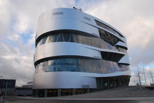 博物館の外観。どこか近未来的な感じがします。