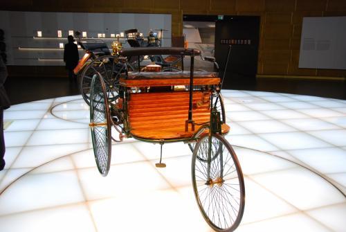 ベンツの初期モデル。<br />車というよりまだ馬車に近いような……。