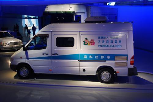 日本の車を発見! あとでネットで検索してみたら、長崎県で開業中の歯科医院のようです。