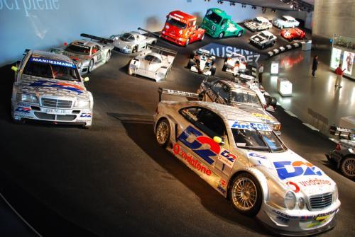 レーシングカーの展示エリア。<br />サーキットに見立ててあります。