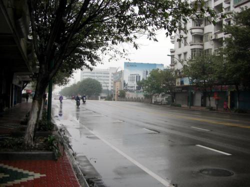 向かい側へ渡って、このまま真っ直ぐ進めば、小川に差し掛かります。<br /><br />時間は8時丁度。<br />人通りの少ない、早朝の雨の市橋市街を眺めながら。<br />時間的にはピッタリ過ぎるので、バスの乗っている時は少々気持ちが焦り気味でした。^^;