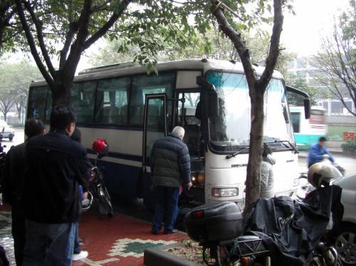 バスが来ました。<br />出発時間は8時15分です。