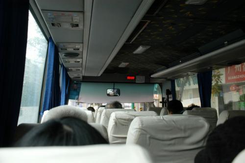 出発時間まで数分です。<br />バスの時計は・・・88時88分、、、<br />空港バスにしても、時間がまともなものには殆ど出会いませんね。<br /><br />乗客は半数位でした。