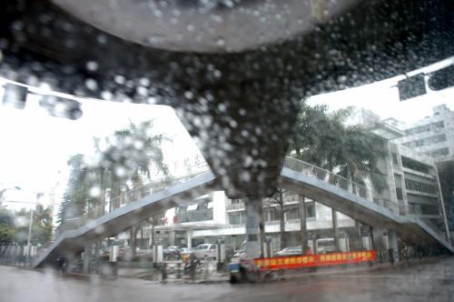 雨で良く見えませんけど、南沙港までの景色をご覧下さい。<br /><br />南国情緒有る街頭。<br />いつもの番禺賓館前からのルートではなく、市橋の大手電気店から南下するようです。<br />
