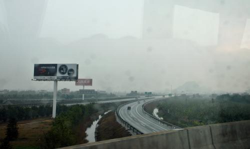 あちらこちらで高速道路を避けつつ進みます。<br /><br />高速を見ていると、もうすぐ港への出口のようです。