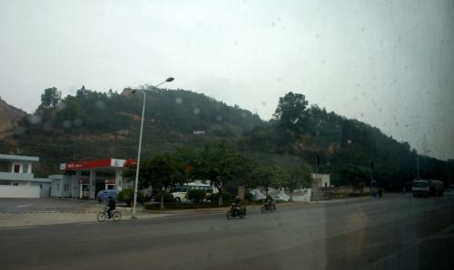 以前は、この山越えだったと思います。<br />化なりルートが違っている感じです。<br />もうすぐ南沙鎮の町辺りです。