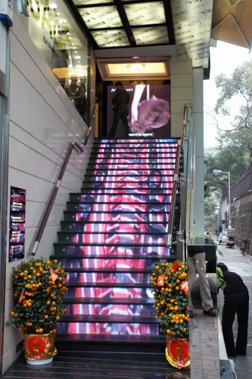 その角にあった新設のブランドショップ店。<br />階段が液晶になっていて、動画映像が流されていました。