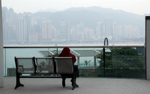 他国の老婆が一人、香港島を眺めながらジッと座っていました。