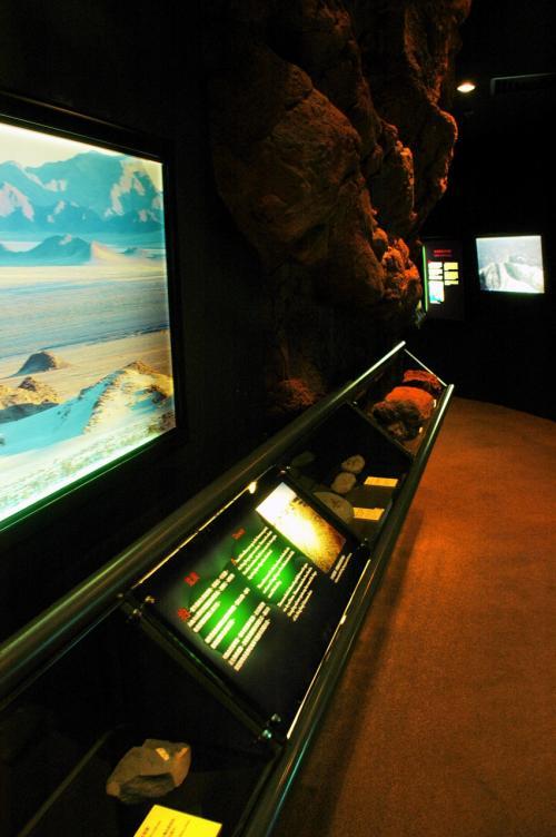 地球の創成期から色々な説明がありました。<br /><br />モニターには、CGと今の実写で作られた当時の様子や、化石や鉱物、地層解説なども。
