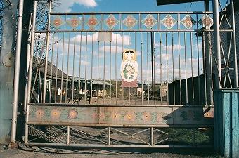 """今回、ツアーのテーマに取り上げたのはロシアの代表的な工芸品マトリョーシカ。産地のひとつであるセルギエフパサドの玩具博物館の学芸員さんによると、マトリョーシカの起源は二説。<br /><br /> ひとつは、19世紀後半、ロシア人により持ち帰られた箱根の「七福神」の入れ子人形が、芸術家のための文化施設があったセルギエフパサドに持ち込まれ、それがヒントとなりマトリョーシカが作られたという説。<br /><br /> もうひとつは、ロシアに古くからあった「イースター・エッグ」が元になって創り出されたのだという説。いずれにせよ、当時、ロシア農民の絵で有名だった画家、セルゲイ・マリューチンが最初の人形の絵を描き、ろくろ師ズビョーズドチキンが1890年に制作したものが第1号のマトリョーシカ(ロシアの女性の名、""""マトリョーナ""""の愛称がその名のもととなった)とされています(作品は、七福神とともに玩具博物館に所蔵)。<br /><br /> 1900年パリ万国博覧会にマトリョーシカが出品され、世界的にも有名となりました。それから1世紀。マトリョーシカはロシア各地の工場で生産されるようになりましたが、主な作業は今も手作業で行われ、絵付けをしているのはすべて女工さんたちです。"""