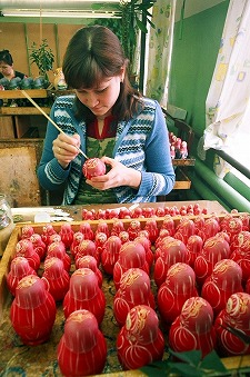 今回、麦わら細工が貼り付けされたマトリョーシカで有名なキーロフ、黄色に赤を基調とした色合いに長いまつげが特徴的で素朴な作りのセミョーノフ、そしてロシアで最初にマトリョーシカが生み出されたとされるセルギエフパサドの3ヶ所の工場、工房を見学。いずれの工場でも工員さんたちが白木のマトリョーシカに黙々と絵付けをしている姿が印象的でした。<br />
