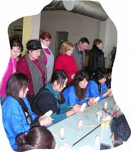 ツアー参加者のために、それぞれの工場の倉庫でできたてホヤホヤのマトリョーシカの卸値即売会を開催。モスクワでの市価の3分の1、日本での価格の5分の1、10分の1といった品も多く、皆さん両手一杯にマトリョーシカを購入していました。<br /><br /> またセミョーノフ工場では、工員さんたちに助けてもらいながら約90分間のマトリョーシカ絵付け体験。制限時間内で何とか白木に筆を加えていきますが、5個の入れ子の最初の1個を完成させるのが精一杯。それでも「うちの工場でしばらく勉強したらいい職人さんになれるよ」と工場長さんから真顔で誘われる参加者の方が出てくるほど仕上がりは上々。