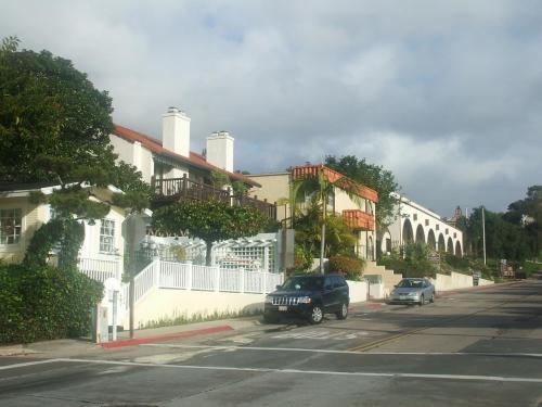 写真:サンディエゴ・アベニューに平行して走る『Juan Street』とその街並み