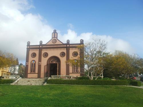 写真:ヘリテージ・パークの中心に建つ建物。グリーンの芝生が美しい。この公園は非常によく手入れされている。