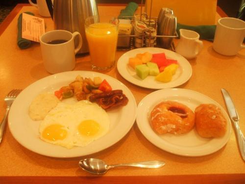目玉焼きをオーダーし、その他はビュッフェカウンターから取ってきて自分の朝食メニューをセットする。(写真)1時間くらいかけてゆっくり朝食を味わう。