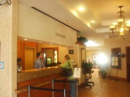 ホテルのシャトルバス(無料)で10分程度でサンディエゴ空港まで行けるので、エアポートホテルとしても使える。クルーズの前泊・後泊に便利。写真:フロント