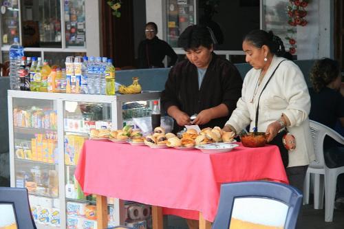 港には簡単なレストランや売店が並んでいる。その中の1つでコーヒーを飲んで出航までしばらく待つ。