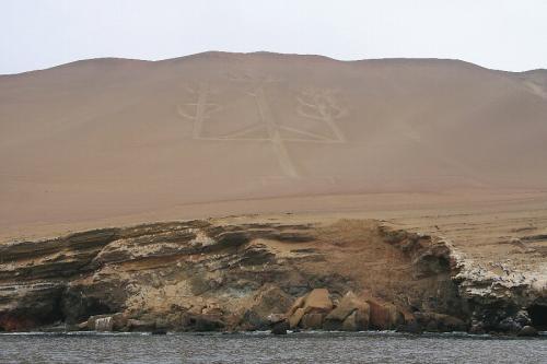 """出航から約10分、「カンデラブロ」を海から見る。<br /> カンデラブロとは""""燭台""""という意味で、ナスカみたいな地上絵が山肌に残されている。ナスカと同様にインカ時代より前に作られたという説と、500年前にスペイン人が作ったという説があり、実際のところははっきり分からないらしい。"""