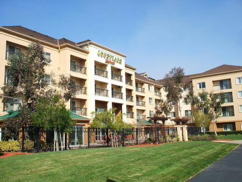 ホテルの裏側(写真)には、小さな庭があり、門を出るとグリーンの芝生と遊歩道がある。