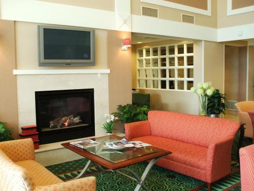 フロント・ロビーは狭く、豪華さはない。機能的なビジネス出張向けホテルである。昼前であったが、チェックインをし、客室に向かう。写真:ロビーにある暖炉