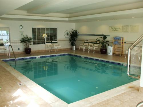 誰もいない室内温水プール(写真)。普段なら軽く泳ぐのであるが、今日はパス。