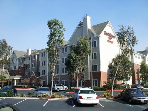 このホテルの横にマリオット系列の「コートヤード・バイ・マリオット」があり、両方合わせて全体として大きなホテル群を形成している。写真:ホテル駐車場