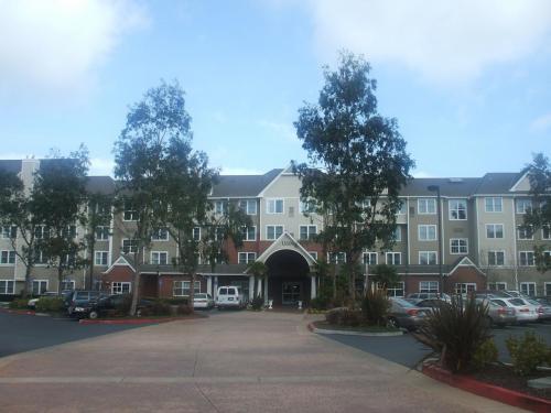 サンフランシスコ空港からホテルの無料シャトルバスに乗って10分くらいで到着。規模の大きいホテルである。写真:ホテル正面玄関