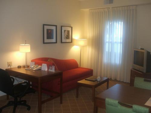 部屋に入ると大きなリビングルーム(写真)があり、快適に滞在できそうである。