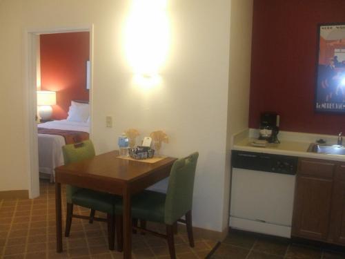 リビングルームのダイニングテーブル(写真)の横のドアを開けるベッドルームがある。