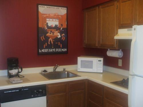 リビングルームにはフル装備のキッチン(写真)がある。