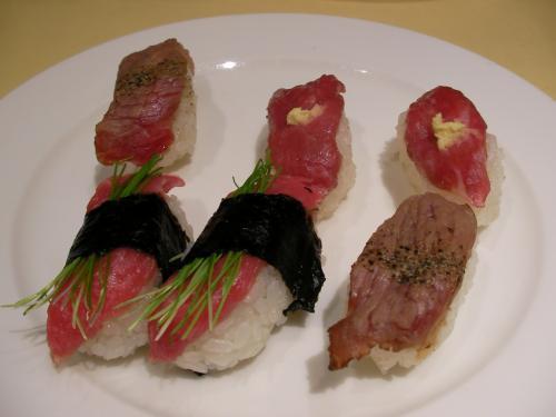 今回のバスツアーのメイン「飛騨牛あぶり寿司」。バイキングとのことで、もちろん食べ放題!