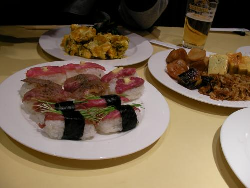 飛騨牛あぶり寿司は更におかわりし、他にもバイキングのメニューをお腹いっぱい食べました。ビールも飲みました。