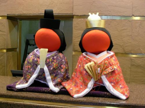 ホテルのフロントにはひな祭りのさるぼぼが可愛く飾られてました。