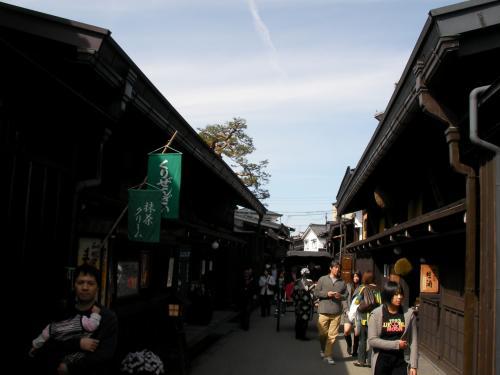 食事の後は高山市内フリータイム(2時間)。古い町並の散策です。
