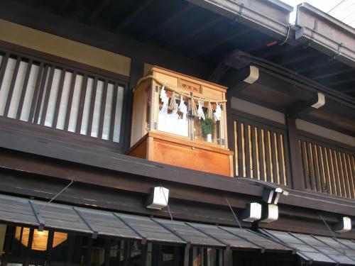 屋根の上に神棚のようなものが・・・