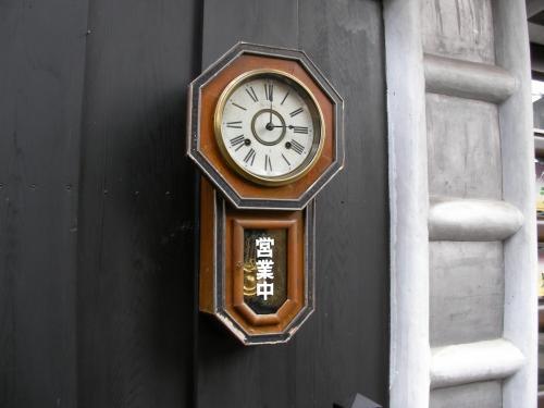 お洒落な喫茶店がたくさんありました。古時計で「営業中」を知らせる看板を掲げている喫茶店も。