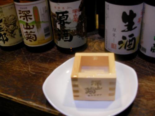 せっかくなので日本酒の試飲も♪<br />枡で1杯200円。<br />深山菊の「原酒」というのを飲みました。