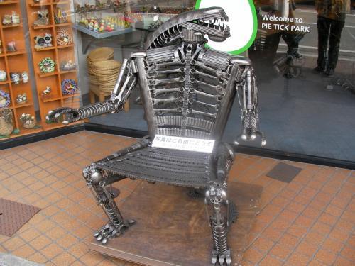 古い町並の近くにある「ぴーちくぱーく」の店先には、こんな怪しい椅子が置かれていましたよ。<br /><br />http://homepage3.nifty.com/bon_voyage/ichimai/23mar2008.html
