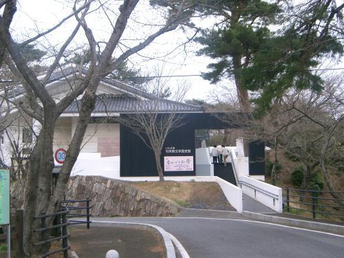 勿来関文学歴史館です。まだ桜の時期ではないので観光客はほとんどいませんでした。