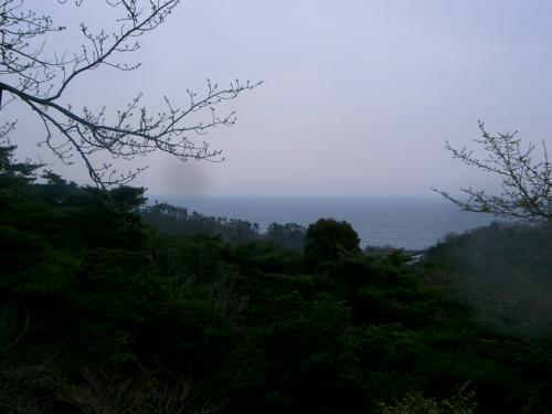 文学歴史館前から太平洋をパチリ。(天気がよければとても良い眺めのはずが・・・)