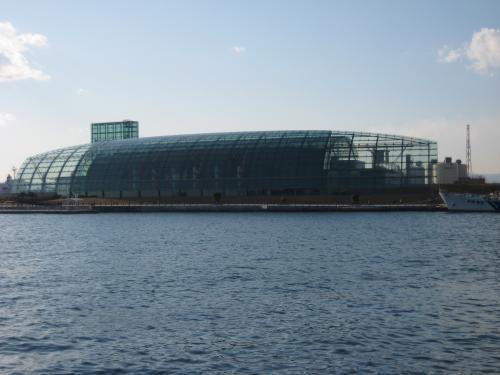 アクアマリン福島という水族館です。<br />形は、まるで潜水艦のようです。