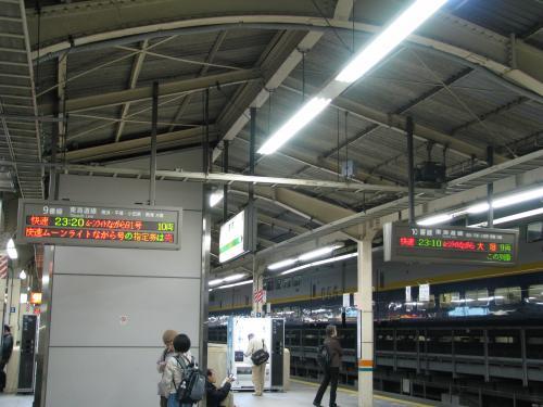 この日の「ムーンライトながら」は東海道線内人身事故の影響で、静岡からの送り込み普通列車が40分遅れだったことから、発着番線が変更になっていました。<br /><br />でも自分の乗る臨時「ムーンライトながら91号」は定刻通りの発車で一安心