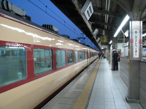 臨時ながらは183系を使って一昔前の「特急列車」の雰囲気です。<br />定期の「ながら」と違って、長時間停車も無く、きびきびと走って名古屋に5時過ぎに到着。<br />今日は、名古屋で降りて関西線の始発に乗換えます