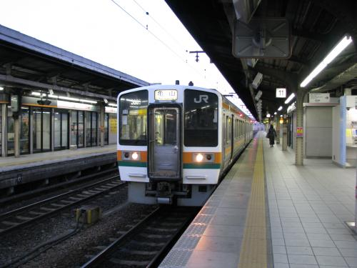 亀山行き始発は5:41発なのですが、入線したのが5:30過ぎで、それまで結構寒かったです。<br />関西線に乗るのも、かなり久しぶりです。<br /><br />2両編成の普通列車に乗り込んだ乗客の殆どはながら91号からの乗換え客でした(笑)