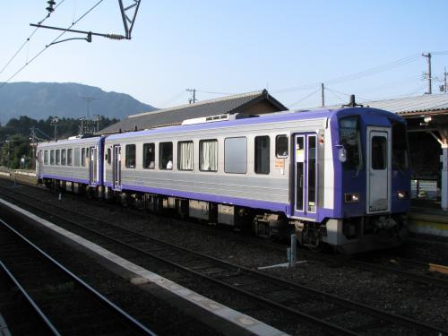 亀山から、加茂行きのキハ120に乗換えます。亀山までの普通列車乗客の大半が乗換えたので、立客も出る程の大盛況です。<br />亀山を発車すると、加太峠越えに入ります。でも新型気動車らしく、ぐんぐんと峠を登っていくので、ちょっと物足りないなぁ・・・
