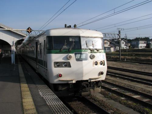 草津線と分岐する柘植駅で、停車している草津線京都行き117系を見て、乗換えをします。<br /><br />昔は京阪神で新快速として活躍していた117系もローカル線運用で老後?を過ごしています。<br /><br />ちょうど通勤通学時間帯なので、徐々に混雑してきてきました。<br />草津で新快速に乗換えます。