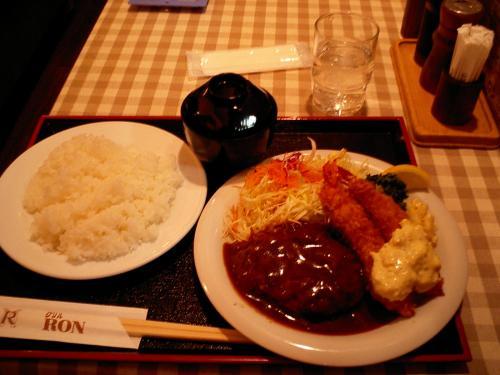 西宮から梅田まで阪急で戻ってきました。ちょうどお昼過ぎと言うことで、1月に来た時にも寄った、阪急三番街の「Ron」で昼食です。