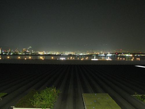 温泉で汗を流した後は、三宮からポートライナーに乗って、神戸空港へ。<br /><br />空港から神戸の夜景を見てみますが、うーん山の上の方からのが奇麗か?