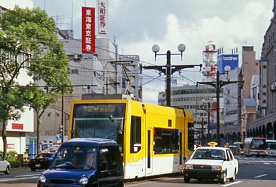 空港へ行くバスを待つ間に見る鹿児島市内。<br />市電が走っています。<br /><br />行きに飛行機に乗り遅れたので、今回は市内観光はせず空港へ向かうことにしました。<br />鹿児島観光はまたの機会に。